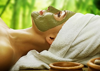 Green clay, which is commonly used as a spa treatment to remove impurities from the skin, can be applied to the vaccine injection site